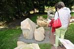 PŘI SLAVNOSTNÍM OTEVŘENÍ si návštěvníci prohlédli nové vybudovanou expozici hornin v geologickém koutku.