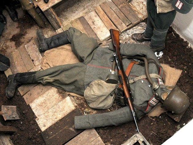 VE SRUBU je k vidění výstroj armád z 2. světové války.