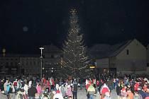 Rozsvěcení vánočního stromu na hronovském náměstí.
