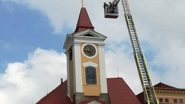 K umístění plechové makovice na věž Staré radnice bylo použita výsuvná technika hasičů.