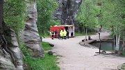 I přes nepříznivé počasí a vytrvalý déšť vyrazili čtyři příslušníci potápěčské skupiny z Hradce Králové a hasiči z Broumova na společný výcvik do zatopené pískovny v Adršpachu.