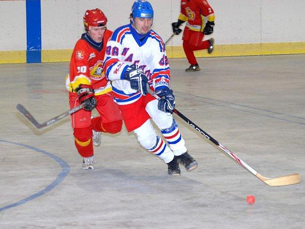 Kanonýr Petr Hajník (v bílém) se tentokrát střelecky neprosadil, pro Hronovské hokejbalisty ho naštěstí zastoupili jiní.