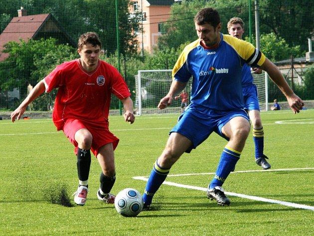 Náchodský Milan Šťavik v boji o míč se skalickým Gollem.