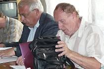 Advokát Zdeněk Kadleček (vlevo) a obžalovaný řidič sanitky Karel Květ v soudní síni Okresního soudu v Náchodě.