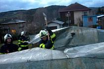 JAKO KDYBY BYLA PAPÍR, odletěla v silném orkánu v úterý navečer plechová střecha jednoho z domů v Hronově.
