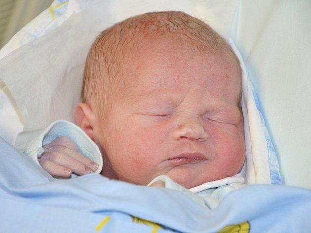 PETR SKALICKÝ se narodil v pátek 2. ledna 2015 v 11.12 hodin šťastným rodičům Petře a Radkovi z Nového Města nad Metují . Chlapeček vážil 2945 gramů a měřil 48 centimetrů. Z brášky mají doma radost také Adámek (téměř 5 let) a Daneček (7 a půl roku).