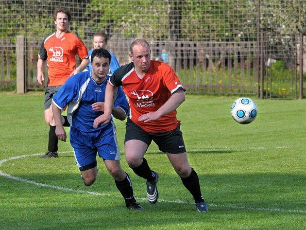 Zajímavé utkání skupiny o postup bylo k vidění ve Velkém Poříčí, kde domácí (v modrém) přehráli 2:1 Stárkov.