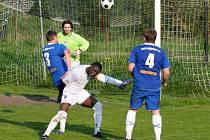 Polický Abou (v bílém) se pomalu stává klíčovou osobou polické sestavy. V neděli dal proti Týništi jediný gól svého týmu.