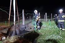 JÍMKA V ZACHRAŠŤANECH u Nového Bydžova se už dvakrát stala nebezpečnou pastí. Nejprve v červenci pro krávu a v říjnu i pro býka. V obou případech museli hasiči odčerpat vodu, aby došlo ke snížení hladiny a zvířata vytáhli pomocí jeřábu.
