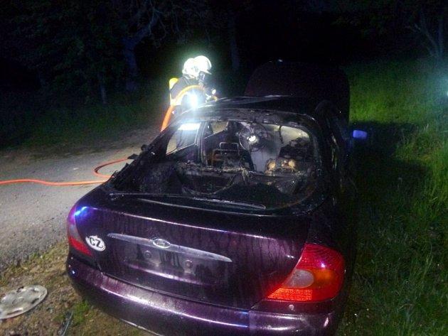 Nepojízdný vrak auta skončil vplamenech.