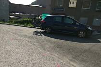 Cyklistu smetlo auto a narazilo do domu. Při nehodě zemřeli dva lidé.