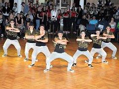 NA TANEČNÍM PARKETU v Čapkově sálu se po celou sobotu postupně představovaly skupiny tanečníků v nápaditých kostýmech v kategoriích od šesti let až po dospělé nad patnáct let.