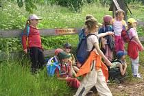 Děti z Machova vyrazily na vlastivědnou vycházku do polského Stroužného, kam prý mimo jiné učitel Jaroslav Petr moc rád a často chodil.