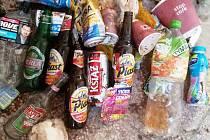 HROMADU lahví od piv, limonád a dalších nápojů a výrobků posbírali pracovníci Nového Hrádku podél silnic, kudy jezdí dělníci z Polska do Kvasin. Foto: archiv Nového Hrádku.