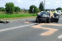Tragická nehoda osobního vozu a dodávky u Jaroměře zaměstnala hasiče, policisty i záchranáře