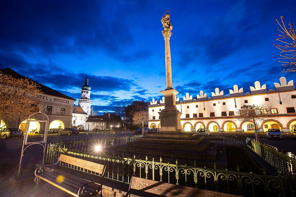 Nové Město nad Metují po setmění.