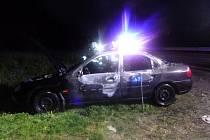 Nepojízdný vrak auta skončil v plamenech