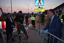 Z hraničního přechodu Starostín / Golińsk zmizely kovové bariéry. Společnou rukou se o to postarali zástupci Meziměstí a polského Mirošova.