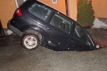 Auto se propadlo do septiku, vytáhli ho hasiči.