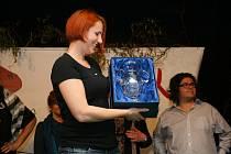 TEREZA BRÁZDOVÁ přebírá vítěznou trofej – Pohár ministerstva zemědělství.