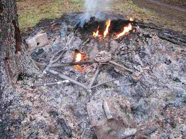 Spáleniště, na kterém bylo nalezeno ohořelé torzo těla.