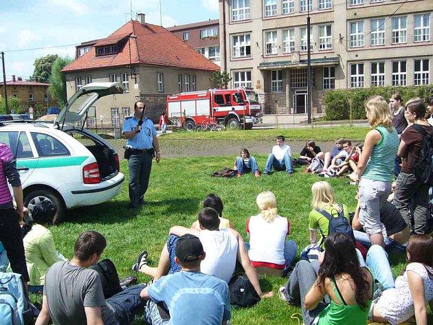 Na hřišti před ZŠ Masarykova měli žáci možnost také se seznámit s parcí policie České republiky.