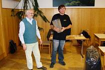 Počtvrté vyhrál šachový bleskový turnaj Jiří Jirka (vpravo), který si tak z rukou pořadatele Petra Dusbaby převzal do trvalého vlastnictví původně putovní pohár.