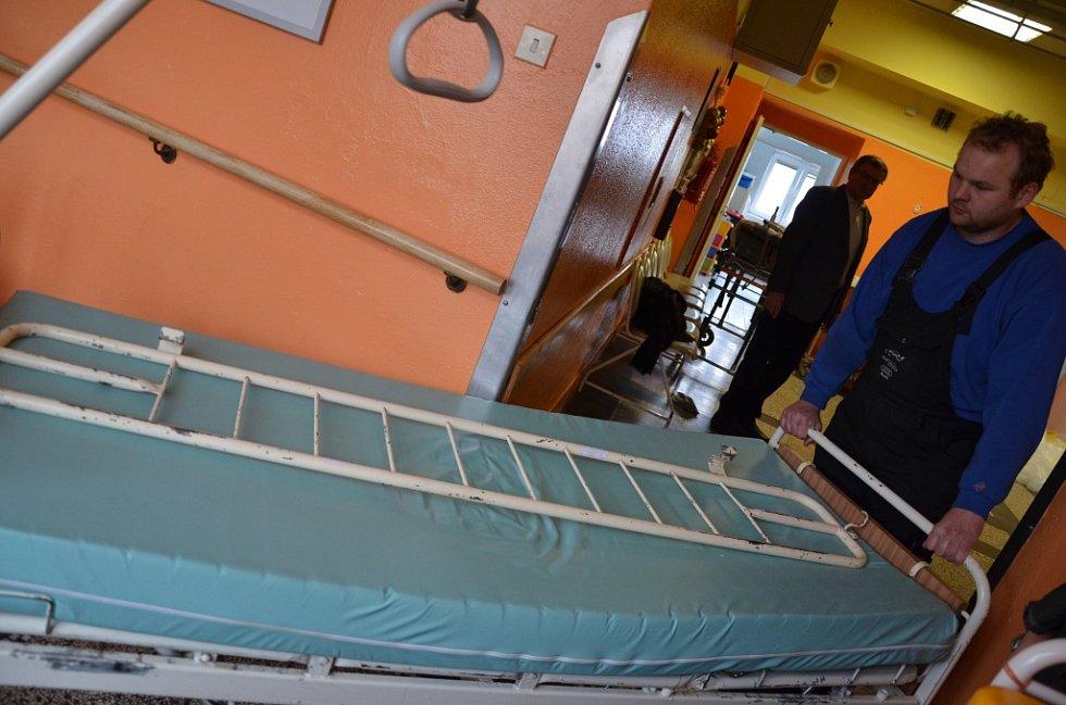 Staré postele nabízí nemocnice až do konce roku na prodej.