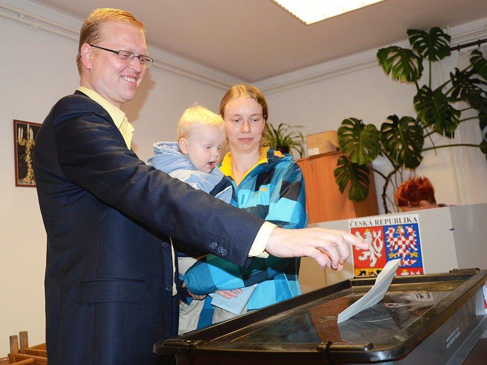 CELOREPUBLIKOVÝ PŘEDSEDA KDU-ČSL Pavel Bělobrádek šel odvolit s manželkou a se synem v podvečer do volební místnosti v Kladské ulici v Náchodě.