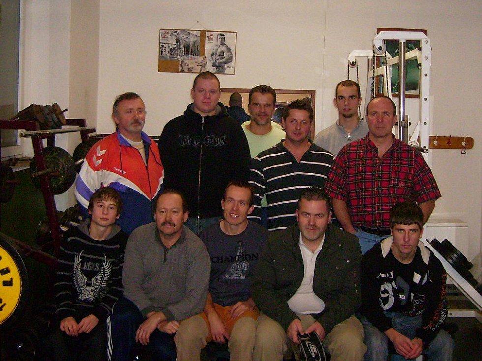 Oddíl silového trojboje Sokol Kramolna dosahuje i přes skromné podmínky vynikajících výsledků.