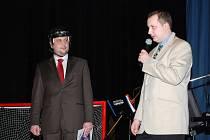 Moderátor Zdeněk Lokaj vlevo pozval na pódium předsedu sportovní komise LNH Martina Krulicha, který všechny přivítal a stručně zhodnotil průběh soutěže.