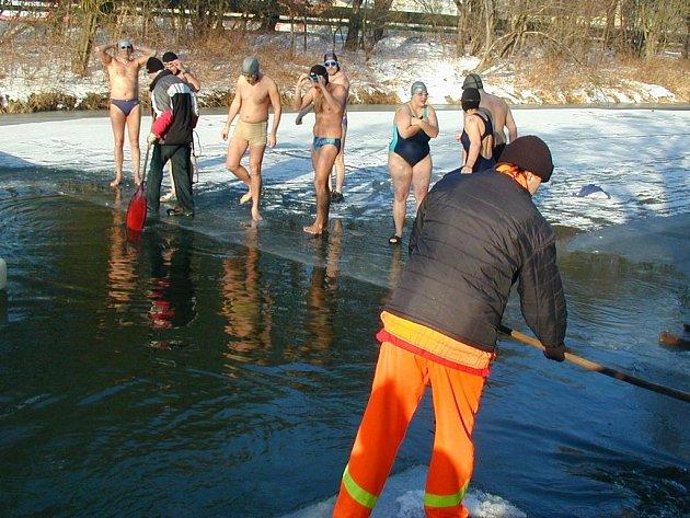 V ROCE 2006 čekala na otužilce zamrzlá Metuje, a tak pořadatelé museli vyřezat do ledu bazén.  Letos jim led na řece zřejmě hrozit nebude, i když  do zítřka se může stát leccos...
