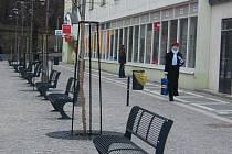 """KARLOVO NÁMĚSTÍ  dříve """"zdobily"""" hlavně výmoly a louže. Dnes už se tu chodci nemusejí chůze bát  – vznikla zde  klidová zóna s lavičkami, stromy a pítkem."""