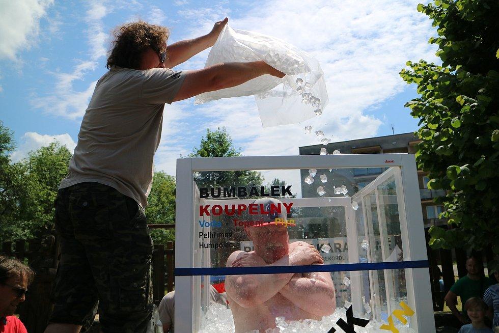 Petr Kocián jen v plavkách, botách do vody a kšiltovce vydržel 2:15:03 hod. vprůhledném boxu zasypán 465 kg ledových kostek oteplotě -5 °C.  O více než 6 minut překonal ani ne rok platný světový rekord rakouského otužilce Josefa Koeberle (2:08:47 hod.).