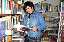 Hana Klapkovská, manažerka odbytu z Knihkupectví v Polici nad Metují, eviduje knižní novinky.