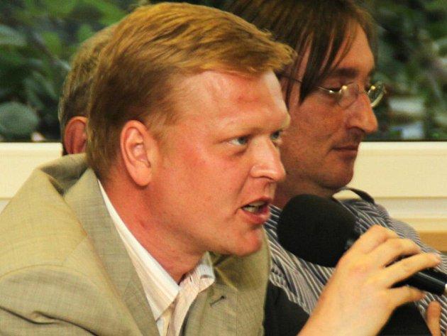 Pavel Bělobrádek (u mikrofonu).