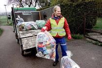 TŘÍDĚNÝ ODPAD z domácností pravidelně  svážejí pracovníci technických služeb obce.