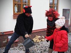 V Ratibořicích řádili čerti a zpíval Standa Hložek.