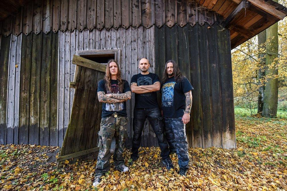Východočeské deathmetalové kapele Tortharry právě vychází nová deska. V pořadí již devátá a jmenuje se Sinister Species.