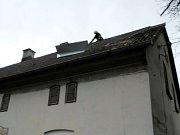 Zajištění uvolněné části střechy na objektu v Kocbeřích.