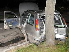 Hodinu před sobotní půlnocí zazněla Hronovem ohlušující rána. Ta byla důsledkem nárazu osobního automobilu značky Fiat do stromů v ulici Hostovského.