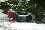 Další nehoda se stala v kopci u Stárkova, kde se na zledovatělé silnici převrátil automobil a skončil v příkopě.