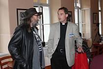 Farář Martin Lanži debatuje se Stanislavem Pitašem.