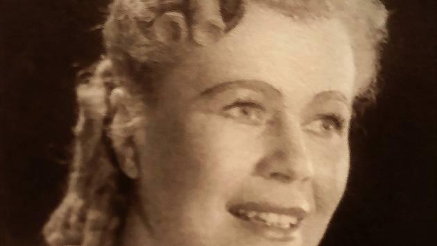 Sopranistka Magda Špaková (na snímku) žila sice v České Skalici pouze do svých šesti let, ale v průběhu svého života ho často navštěvovala a měla k němu vřelý vztah.