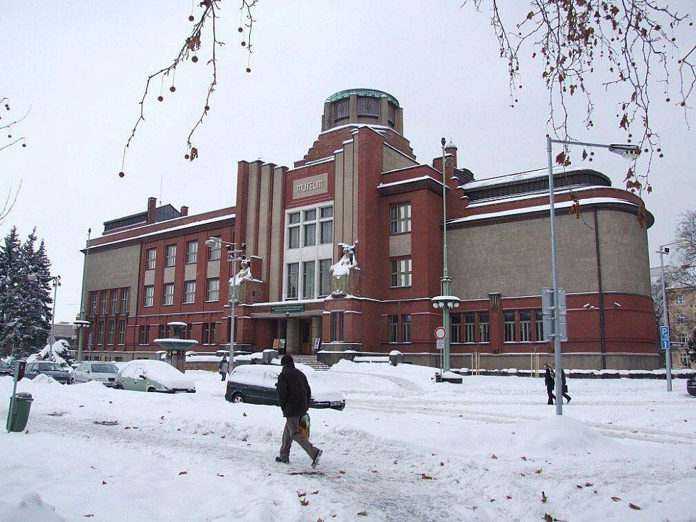 Architektonicky působivá budova Muzea východních Čech v Hradci  Králové.