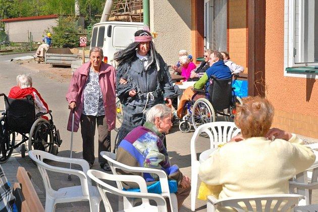 Senioři se sešli na zahradě Domova odpočinku ve stáří Justynka, kde pro ně personál převlečený za čarodějnice připravil grilované klobásky a další občerstvení.
