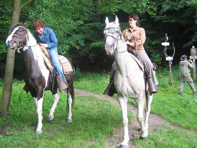 Při  konňské svatbě nasedly na koně i oddávající - starostka Police Ida Seidlmanová (vlevo) a matrikářka Dagmar Hambálková (vpravo).