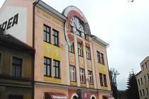 K uvolnění většího kusu výzdoby průčelí domu došlo dnes 17. června kolem půl jedenácté dopoledne v Riegrově ulici v Náchodě.
