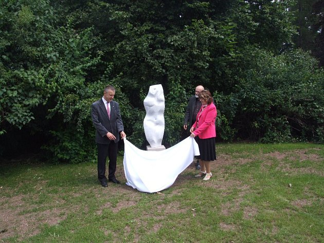 Před Galerií výtvarného umění Náchod byla odhlena socha s názvem Vítězslava, kterou městu daroval sochař Arnold Bartůněk.