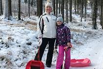 Krásné fotografie z víkendových zimních radovánek poslala do redakce Karolína Žďárská z Náchoda. S rodinou a kamarády si užívali sněhu nejen při bobování, ale i během výletu na rozhlednu na vrchu Šibeniku u Nového Hrádku.